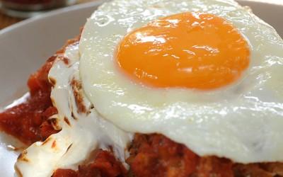 Αυγά ματιά φούρνου με σύγκλινο, σάλτσα ντομάτας