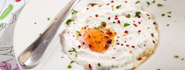 Αυγά σαγανάκι με μπούκοβο