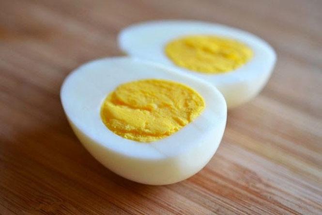 Πως να καθαρίσετε γρήγορα ένα βραστό αυγό με ένα κουτάλι! (video)