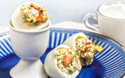 Γεμιστά αυγά με σπανάκι, καπνιστό χοιρινό και γιαούρτι